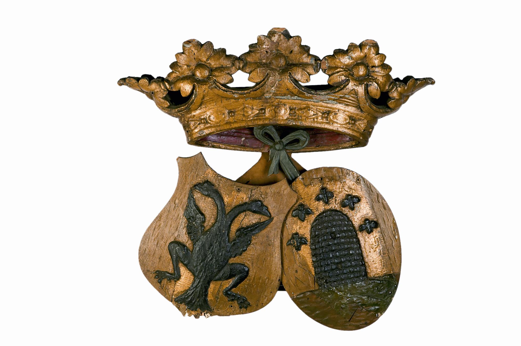 Houten gesneden gevelversiering, met alliantiewapen van Barendregt en Zoeteman, samen onder een kroon
