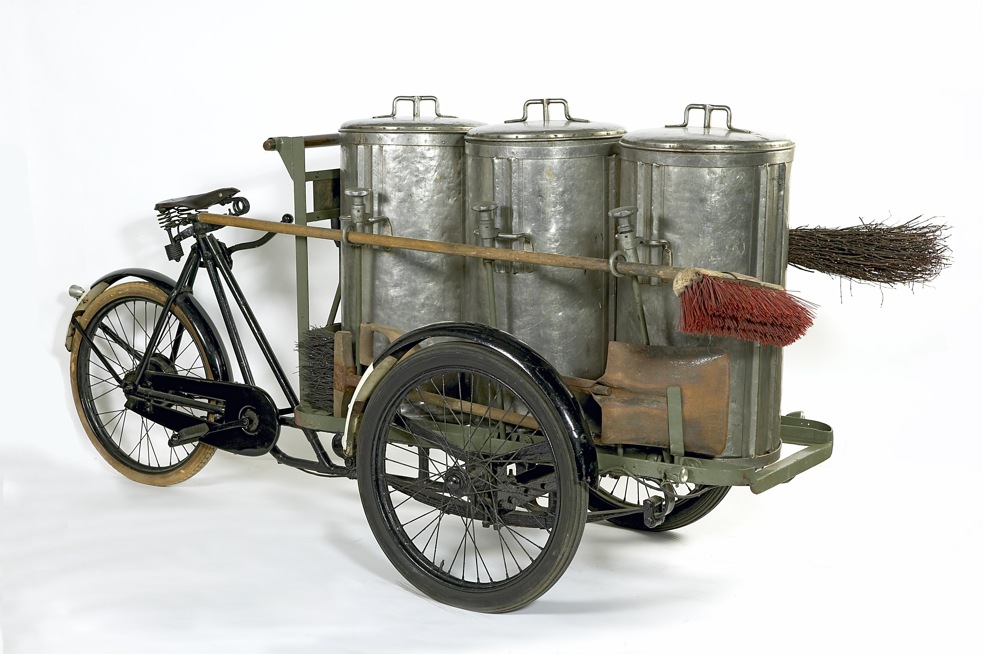 Fietsveegwagen met drie cilindrische bakken en twee bezems, zogeheten driepijper