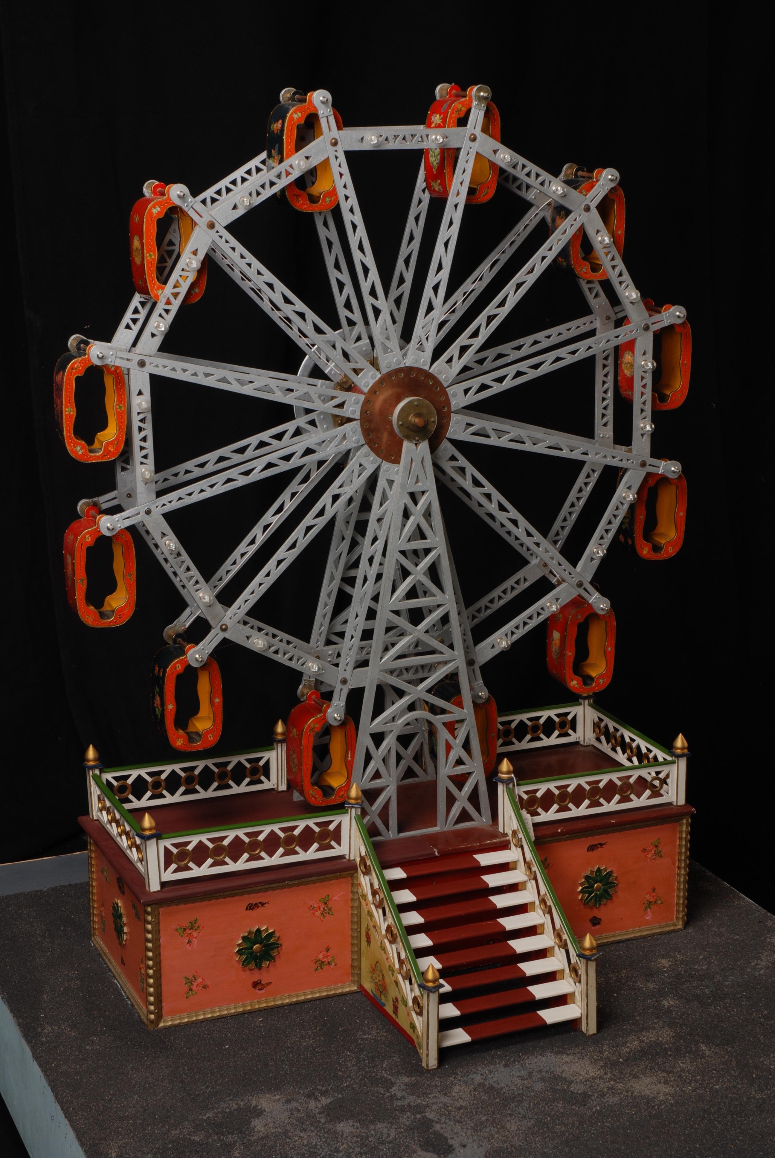 Geschilderd houten model van een reuzenrad, op rechthoekige grondplaat, behorend bij kermis