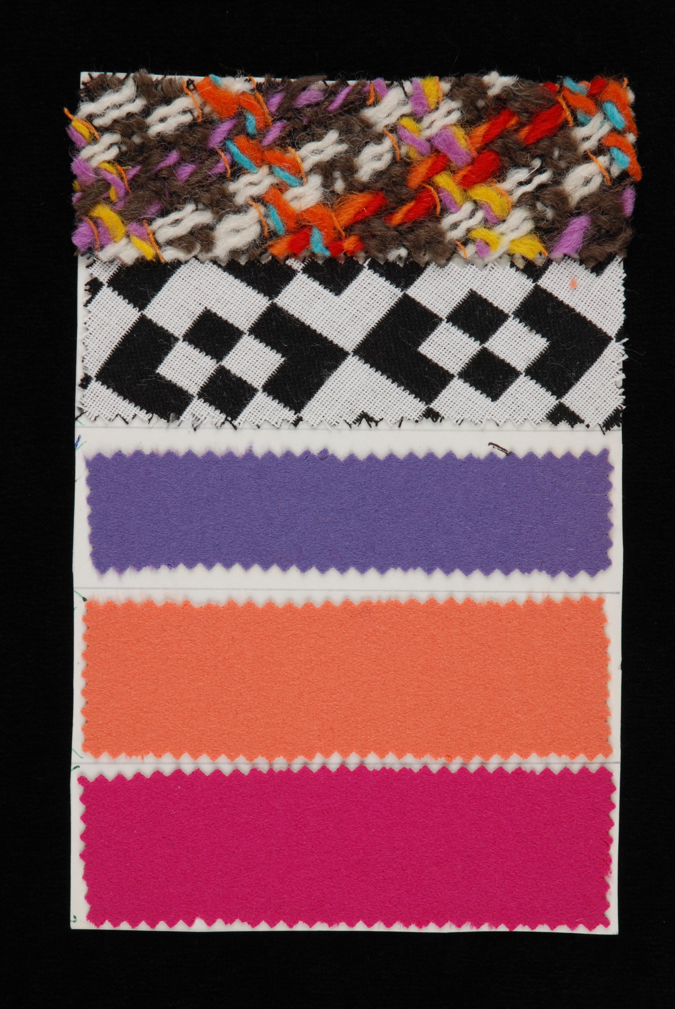 Stalenblad met vijf opgeplakte stoffen van de collectie van Cargelli