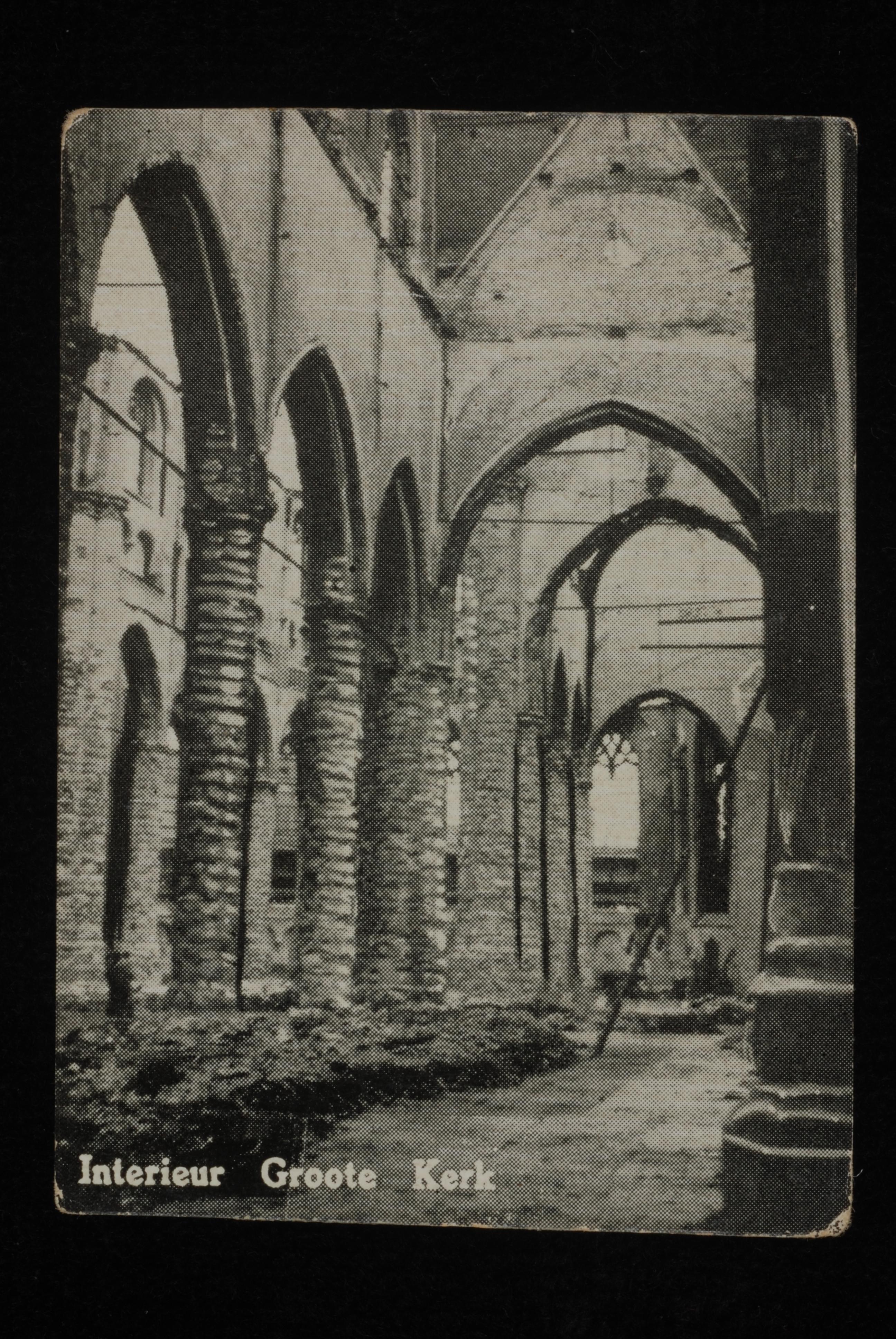 """Verticale foto van ruïne van interieur Laurenskerk met de tekst """"Interieur Groote Kerk"""""""