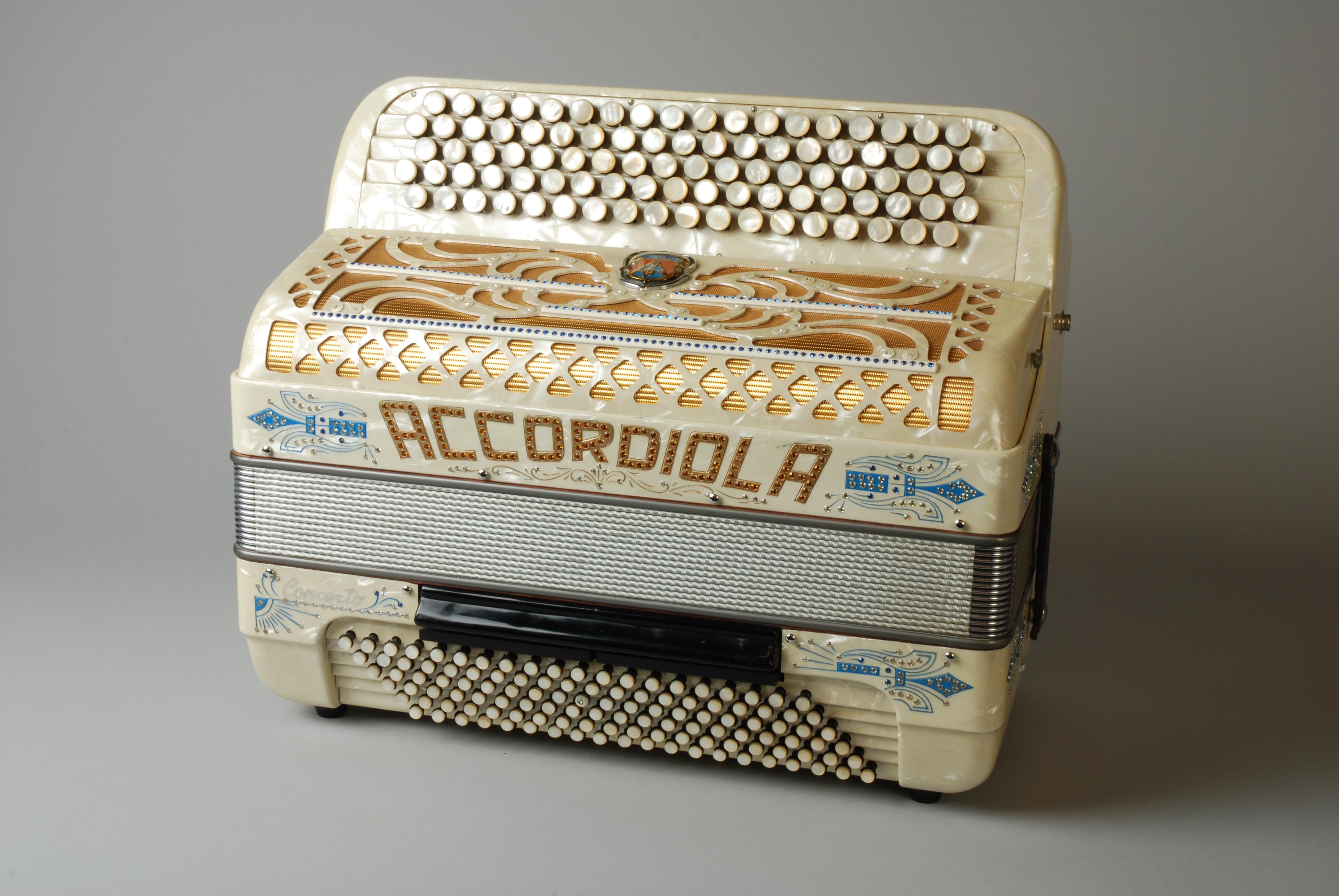 Accordeon van Jaap Valkhoff, in koffer, met leren draagriem en lijst met liedjes