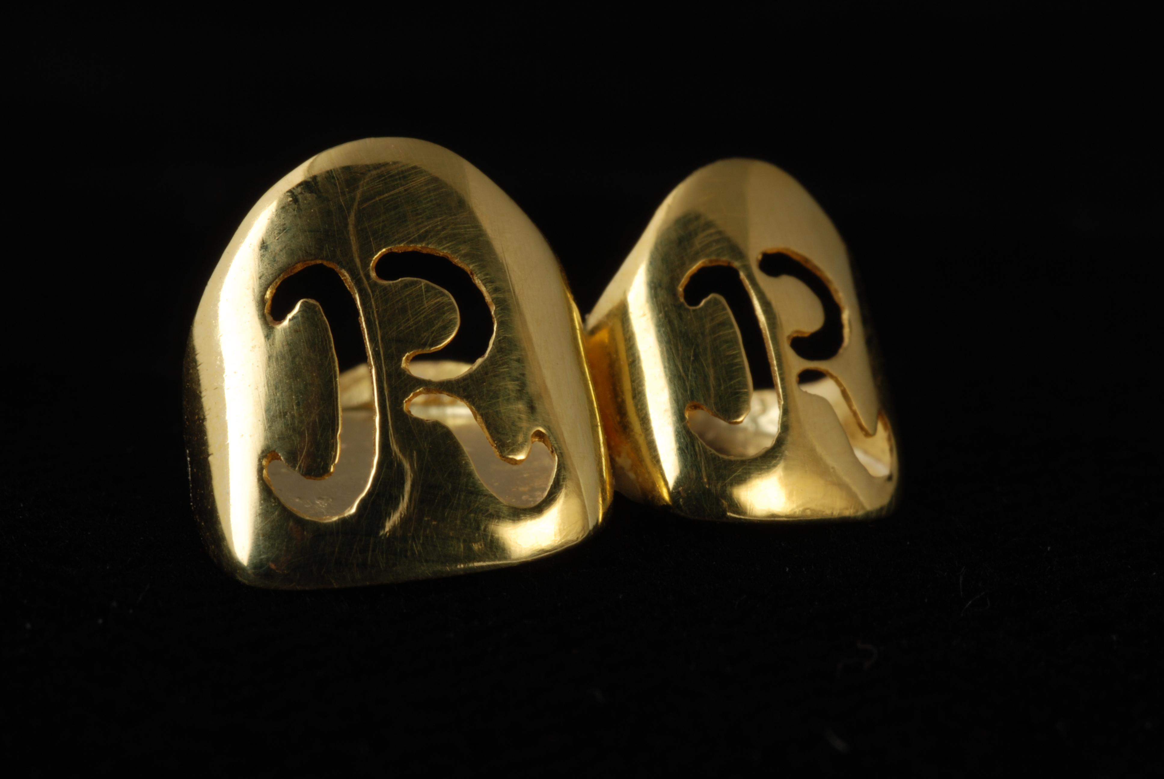 """Twee gouden tanden (1) op een gipsen mal (2), inscriptie """"R R"""""""