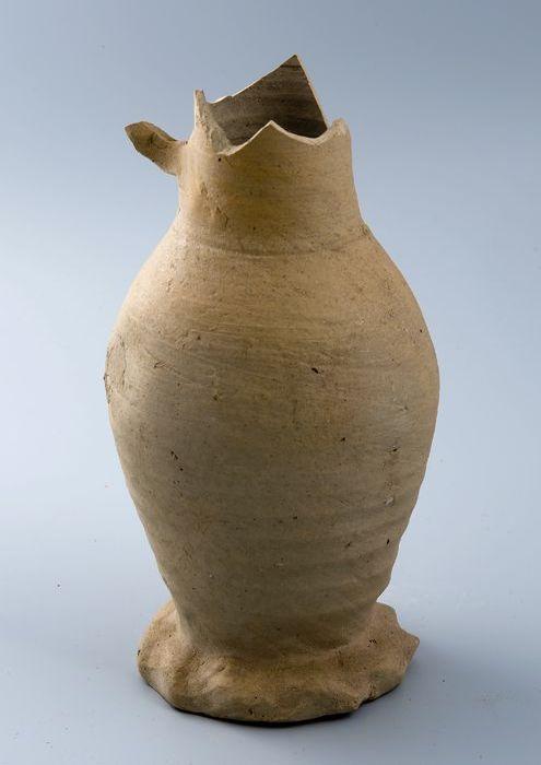 Grijze steengoed kan, buikig van vorm, op geknepen voet, met oor