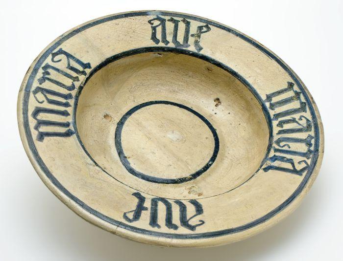 """Majolica bord met tweemaal op de brede rand in gotische letters """"Ave Maria"""""""