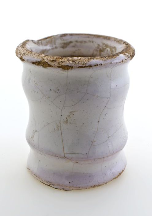 Aardewerk zalfpot, conisch model met insnoeringen, geheel wit geglazuurd