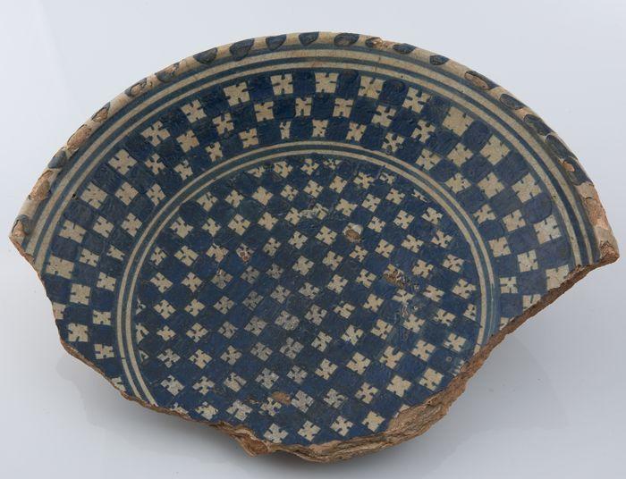 Fragment majolica bord, schaakbordmotief op het midden en de rand, kabelrand