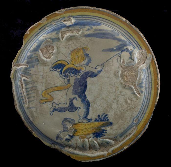 Fragment majolica pannenkoekenschotel, polychrome putto als voorstelling