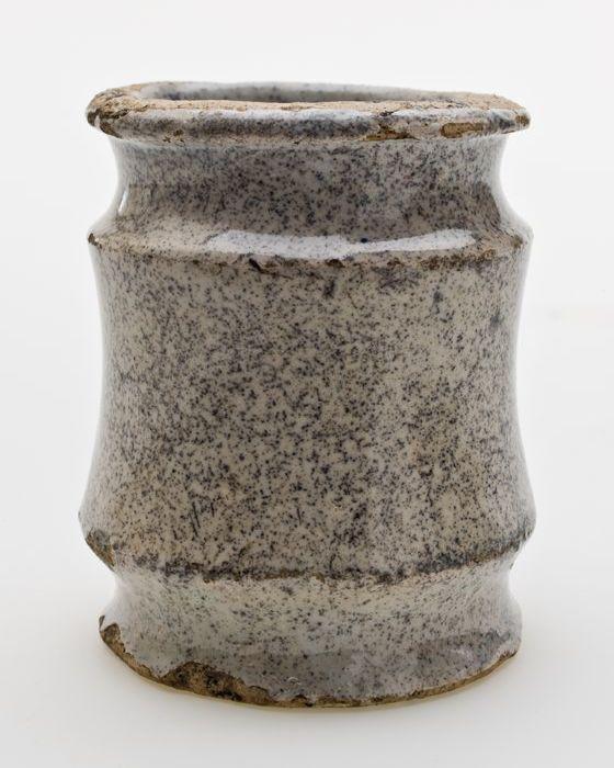 Aardewerk zalfpot, hoog model, geheel grijs gespikkeld geglazuurd
