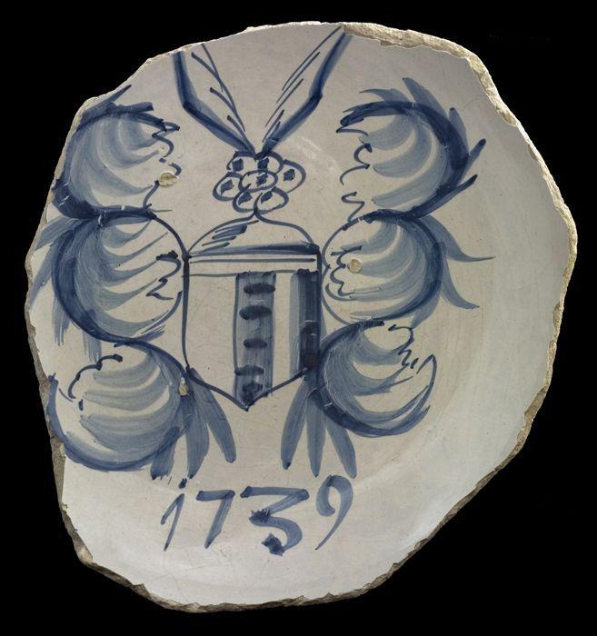 """Onvolledige majolica schaal met wapenschild, gedateerd """"1739"""", blauw op wit"""