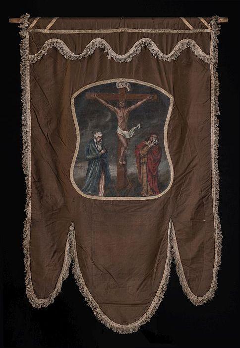 Bruin zijden banier met beschildering kruisiging Christus met Maria en Johannes, keerzijde beschildering Sint Antonius Abt met varken