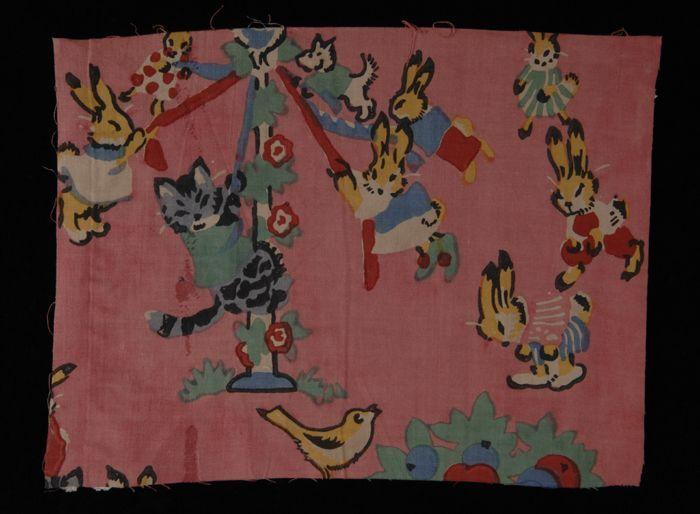 """Stofstaal, katoen met veelkleurig dessin van spelende hazen en een poes op roze fond, Kralingse Katoenmaatschappij, """"3337"""""""