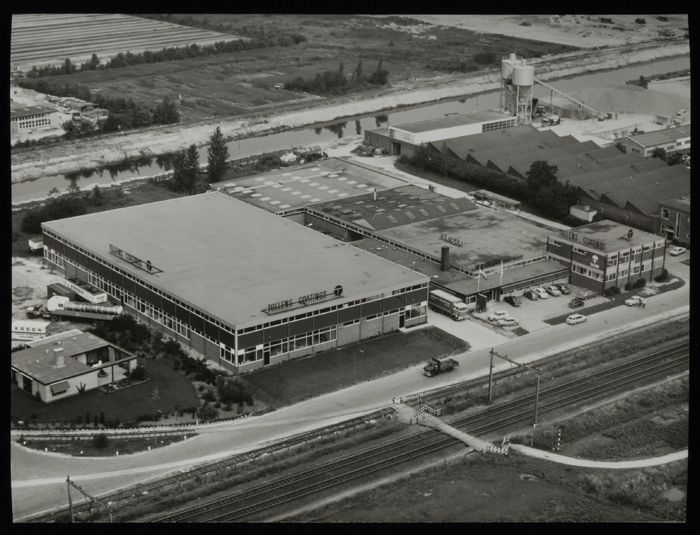 Zwart-wit foto van luchtfoto nieuwe fabriekscomplex Tollens in Rotterdam Overschie