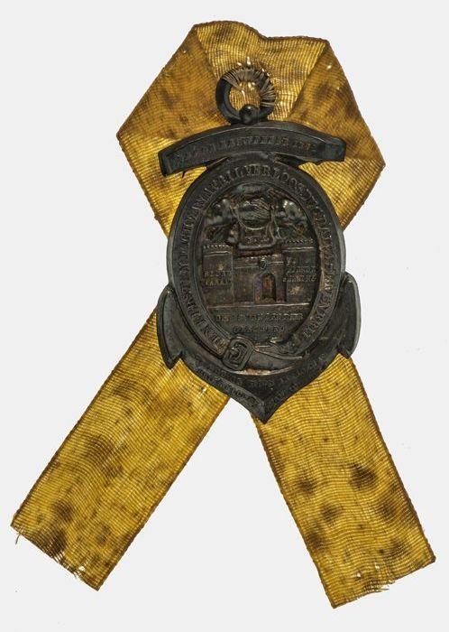 Draagteken (met origineel lint) op het derde eeuwfeest van de inname van Den Briel