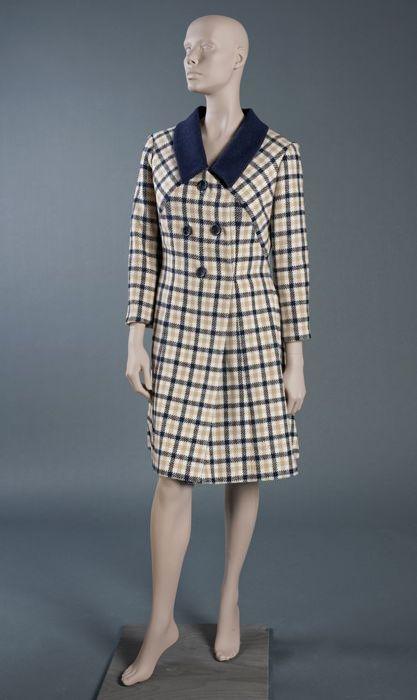 """Knielange jas, mantel van wit-beige-donkerblauw geruite stof met donkerblauwe kraag en grote knopen, """"Cargelli"""""""