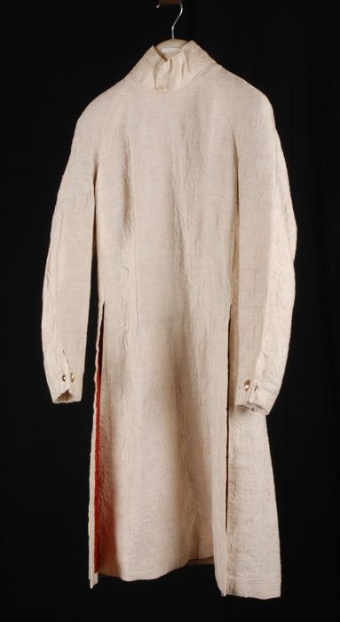 """Tweedelig pak van crèmekleurige stof, lange pantalon (2) en een knielange tuniek (1) met col, zijsplitten en oranjerode voering, """"Cargelli"""""""