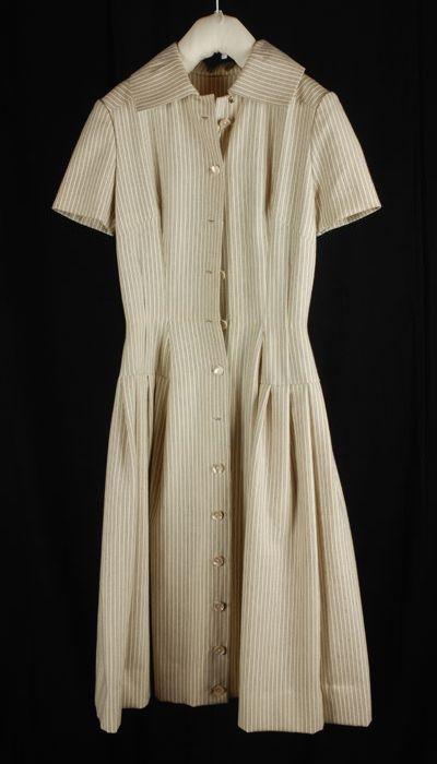 Japon van crèmekleurige wollen stof met een donkerblauw streepje, doorknoopjurk met korte mouw en wijde geplooide rok