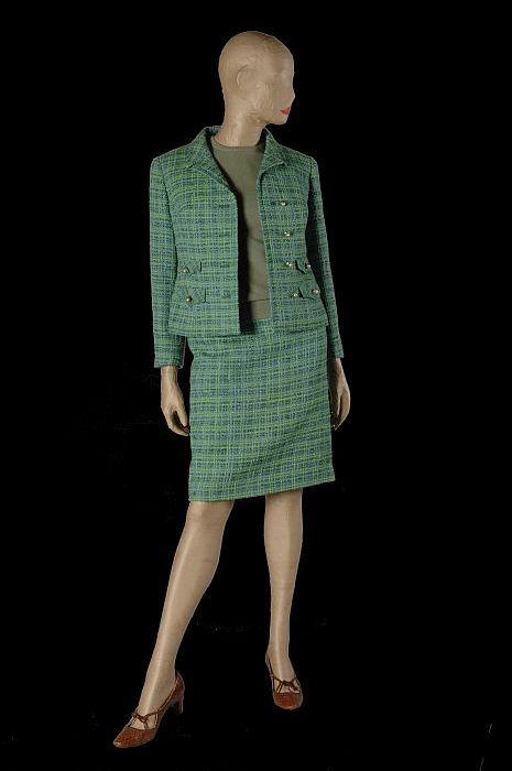 """Chanel-achtig mantelpak, jas (1) en rok (2) van groen-blauwe wol met imitatieparels in goudkleurige knopen, """"Ralph"""""""
