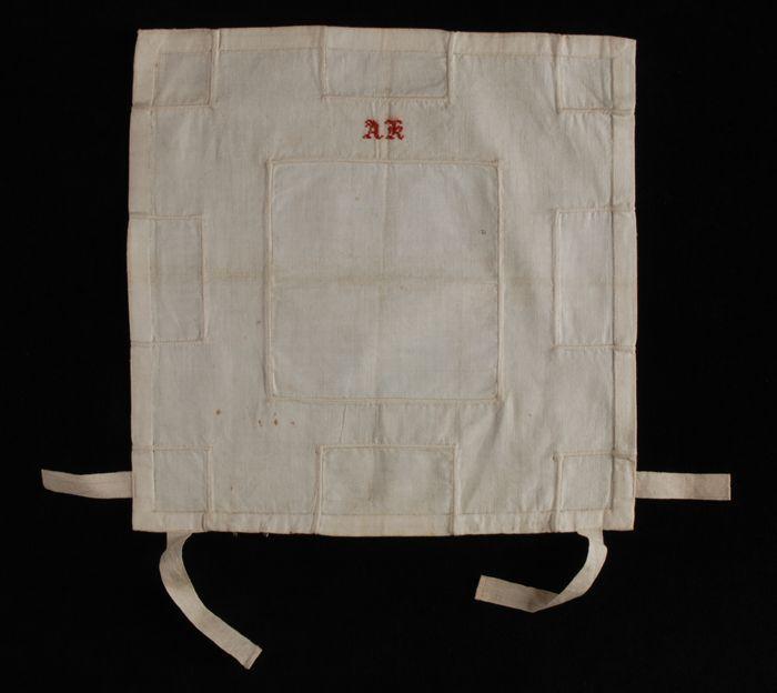"""Vierkante stukkenlap van wit linnen met negen inzetten, gemerkt """"AK"""", naaioefening"""