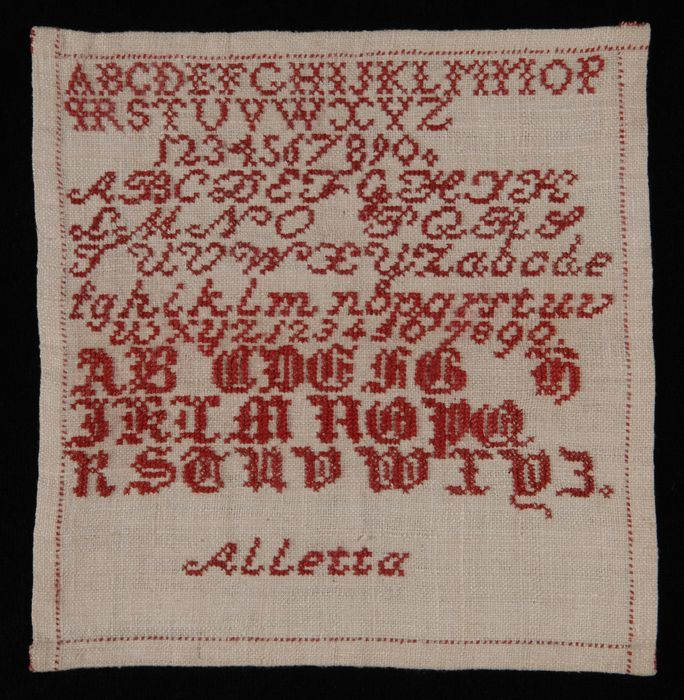 "Kleine vierkante letterlap gewerkt in kruissteek in rood katoen op crèmekleurig linnen, ""Aletta"", oefening"