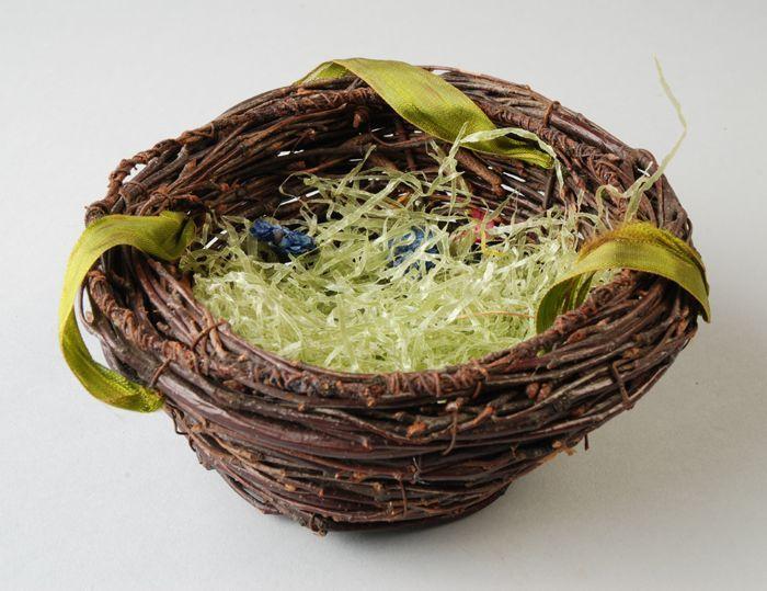 Vogelnest van twijgen en ijzerdraad, met zijden lint en papieren vulling, Paasversiering