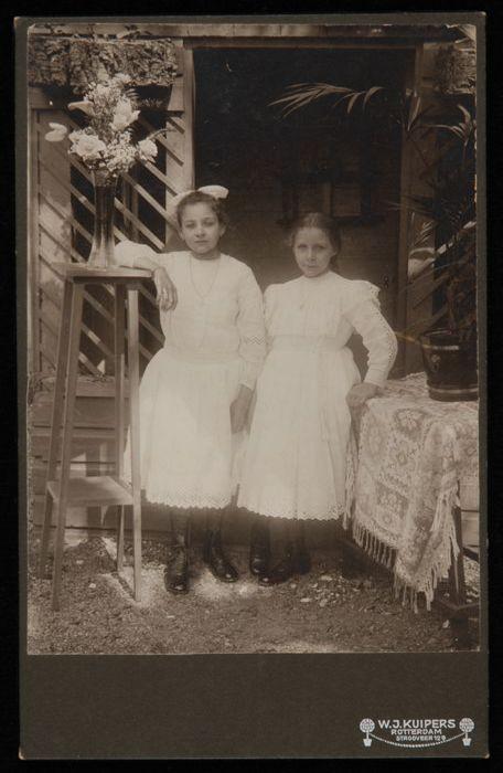 Fotografische dubbelportret ter gelegenheid van eerste heilige communie Jo en Nel Breijs