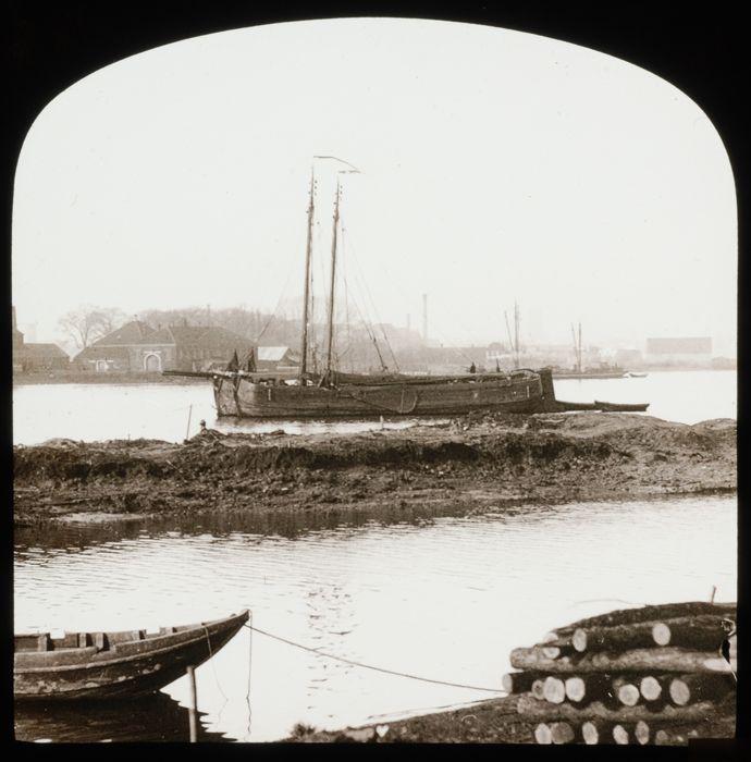 Glasdia van Maasplantage met binnenvaartschepen voor anker