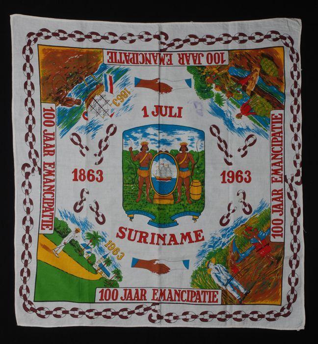 """Grote vierkante hoofddoek of angisa, wit katoen met veelkleurige opdruk, """"1 juli 1863 - 1963 / 100 jaar emancipatie / Suriname"""""""