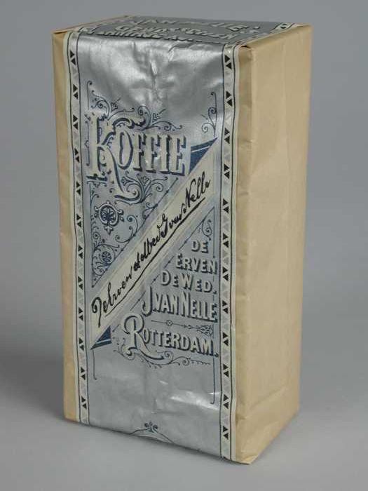 Wit papieren pak VAN NELLE'S PLANTAGE KOFFIE, gewassen, met een zilveren label